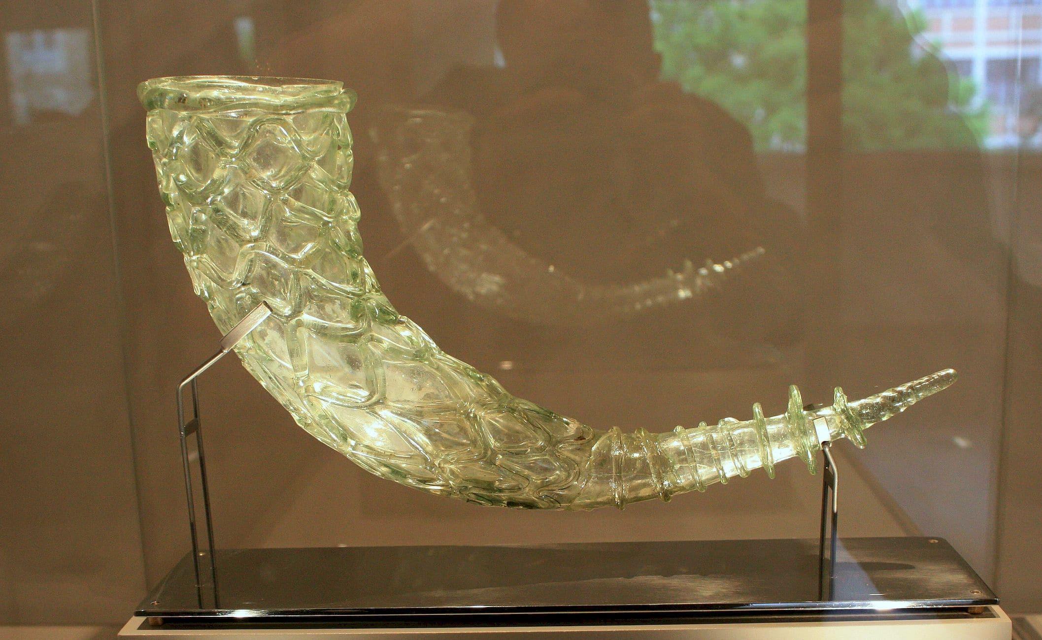 Corne de verre soufflé, IVè ou Vè siècle. époque gallo-romaine, Musée du Carré Plantagenêt , Le Mans, Cliché André Laffitte