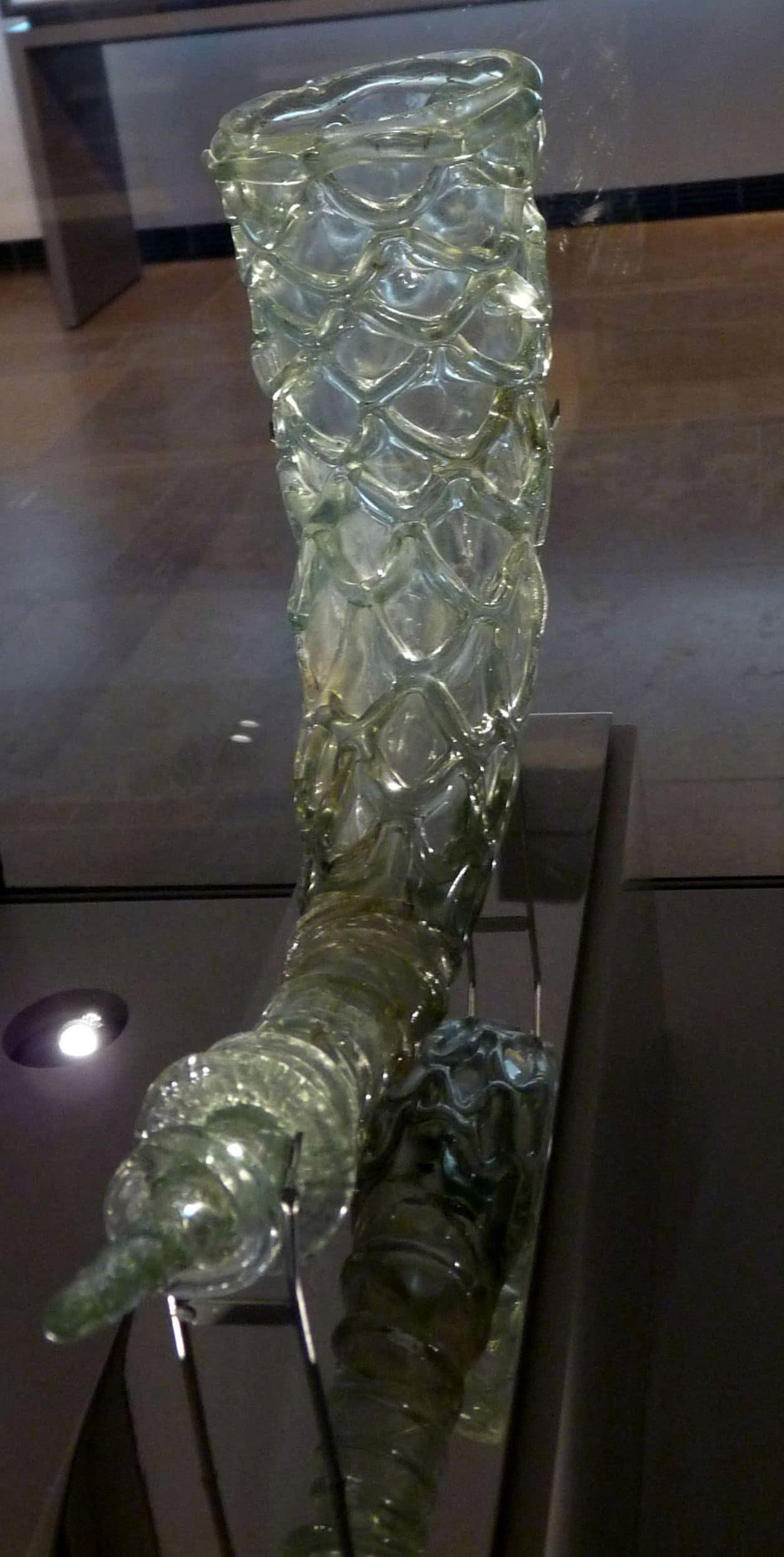 Corne de verre soufflé, IVè ou Vè siècle, vue arrière. époque gallo-romaine, Musée du Carré Plantagenêt, Le Mans, Cliché Jean-François Martine