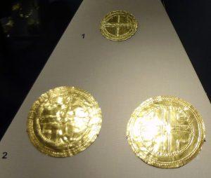 Médailles en tôle d'or, cérémonielles, avec croix du centre du monde