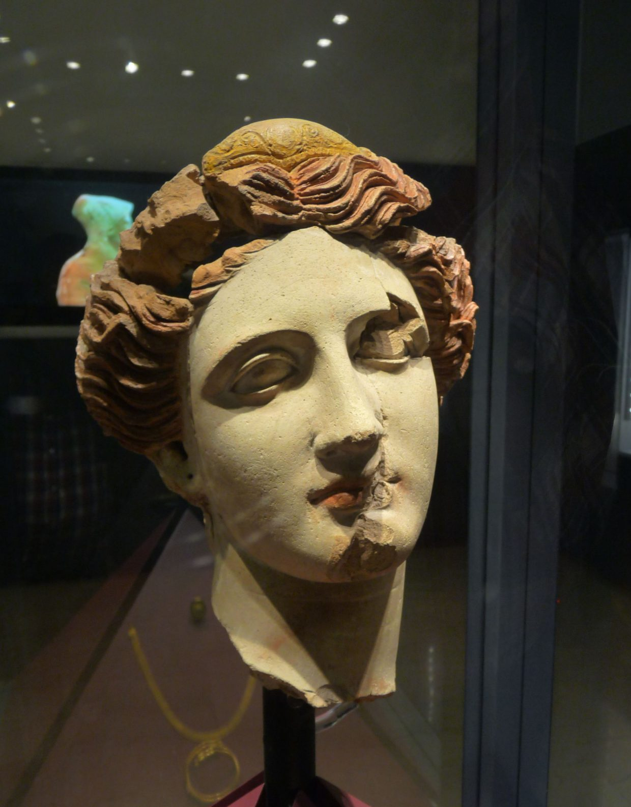Tarente, Musée d'Archéologie, Tête de femme en terre cuite polychrome, Cliché Jean-François Martine